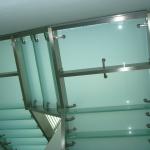 Particolare visto dal basso della struttura portante di una scala per uffici in acciaio - vetro realizzata da TECOS (1)